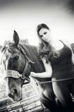 艺术时尚美丽的妇女和马 免版税图库摄影