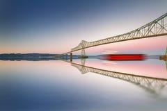 艺术桥梁和船在清楚的天空与反射 免版税库存照片