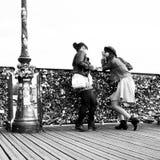 艺术桥梁的妇女在巴黎 免版税库存图片