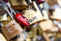 艺术桥锁在巴黎,法国-爱桥梁 库存图片