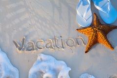艺术海星和触发器在一个热带海滩 免版税库存照片