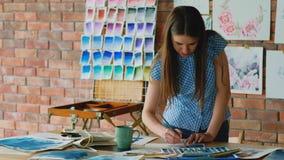 艺术演播室工作区被启发的画家图画 股票录像