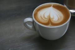 艺术热奶咖啡 免版税库存照片