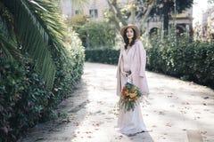 艺术生活方式时装模特儿在公园开花 免版税图库摄影