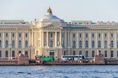 艺术的俄国学院的新古典主义的大厦的前面 免版税库存图片