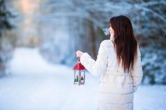 艺术秀丽方式高关键构成理想的冬天 拿着圣诞节灯笼的妇女户外在美好的冬天雪天 免版税库存图片