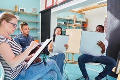 艺术系学生或初学者绘的类的 免版税库存图片
