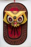 艺术绘一个五颜六色的猫头鹰面具的学院学生 库存照片