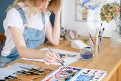 艺术绘画爱好休闲女孩图画图片 免版税图库摄影