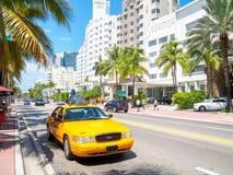 艺术装饰旅馆和交通在迈阿密海滩 免版税库存图片