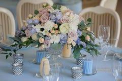 艺术装饰玫瑰翠雀花瓶擦镜布 库存照片