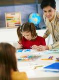 艺术课的小学生和教师 图库摄影