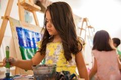 艺术课的小艺术家 免版税库存照片