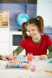 艺术课绘画女小学生 免版税库存图片