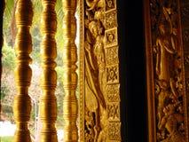 艺术金黄老挝寺庙视窗 免版税库存图片