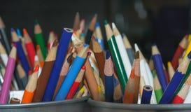 艺术铅笔一条五颜六色的彩虹  免版税库存图片