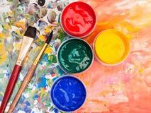 艺术静物画-水彩调色板,画笔 免版税库存图片
