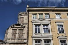 艺术Nouveau在一个被破坏的大厦旁边的公寓门面  库存图片