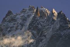 从艾吉耶山脉峰顶和蓝天分开 chamonix法国 免版税图库摄影