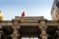 艾哈迈达巴德,印度- 2014年12月25日:印地安人参观阿达拉杰Stepwell 库存照片