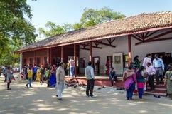 艾哈迈达巴德,印度- 2014年12月28日:圣雄Gandhis博物馆旅游参观议院在Sabarmati聚会所 免版税图库摄影