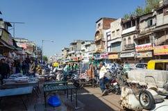 艾哈迈达巴德,印度- 2014年12月28日:在艾哈迈达巴德的街道上的未认出的印地安人民 图库摄影