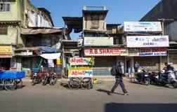 艾哈迈达巴德,印度- 2014年12月28日:在艾哈迈达巴德街道上的印地安人民  库存照片
