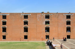 艾哈迈达巴德,印度- 2014年12月26日:管理艾哈迈达巴德印地安学院的亚裔大学生 库存照片