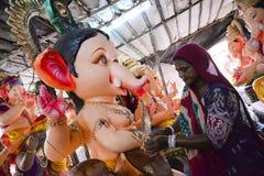 艾哈迈达巴德:Ganesha Charturthi节日的准备 免版税库存照片