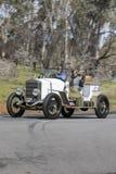 1922年艾塞克斯4 Cyl游览车驾驶在乡下公路的集会竟赛者 免版税图库摄影