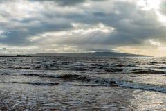 艾尔镇&以远在与风雨如磐的天空` s的一冷的10月天在风暴前击中了海岸地区 免版税库存照片