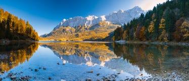 艾布湖的全景图象在秋天期间的与在背景和水反射的Zudspitze 免版税库存照片