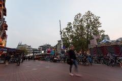 艾恩德霍芬, NETHERLAND - 2017年10月17日:与模糊的人的艾恩德霍芬都市风景在于长的曝光的背景中 免版税图库摄影