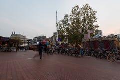 艾恩德霍芬, NETHERLAND - 2017年10月17日:与模糊的人的艾恩德霍芬都市风景在于长的曝光的背景中 免版税库存照片