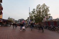 艾恩德霍芬, NETHERLAND - 2017年10月17日:与模糊的人的艾恩德霍芬都市风景在于长的曝光的背景中 免版税库存图片