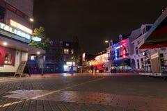 艾恩德霍芬, NETHERLAND - 2017年10月17日:与老镇街道的艾恩德霍芬都市风景 由于长的曝光的模糊的人 库存照片