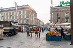 艾恩德霍芬, NETHERLAND - 2017年10月17日:与街市和McDonalds的艾恩德霍芬都市风景在背景中 库存照片
