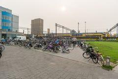 艾恩德霍芬, NETHERLAND - 2017年10月17日:艾恩德霍芬公共汽车和火车站与自行车停车场 免版税库存图片