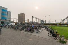 艾恩德霍芬, NETHERLAND - 2017年10月17日:艾恩德霍芬公共汽车和火车站与自行车停车场 免版税库存照片