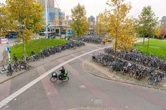 艾恩德霍芬, NETHERLAND - 2017年10月17日:艾恩德霍芬公共汽车和火车站与自行车停车场 库存图片