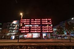 艾恩德霍芬, NETHERLAND - 2017年10月17日:艾恩德霍芬夜都市风景 商城媒介Markt 库存照片