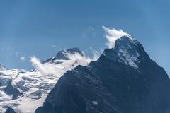 艾格峰,一个峰顶特写镜头云彩的在瑞士阿尔卑斯在欧洲, 免版税库存照片