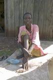艾琳,感染HIV/AIDS,坐地面在Pepo La Tumaini Jangwani, HIV/AIDS公共康复计划, Orphanag 库存照片
