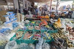 艾瓦勒克,土耳其-阿姑31日2017年:开放街道义卖市场的铁器商卖主在老旅游镇Ayvalik 它是没有的一个小城市 库存图片