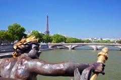 艾菲尔铁塔、艺术性的雕象和桥梁在塞纳河在巴黎,法国。 免版税库存照片