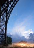 艾菲尔铁塔与日落的巴黎背景构筑的 免版税图库摄影