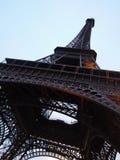 艾菲尔铁塔低角度视图  库存照片