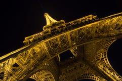 艾菲尔铁塔光在黄昏的表现展示 法国巴黎 免版税库存图片