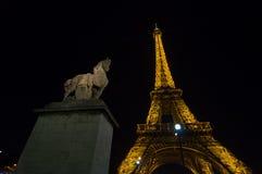 艾菲尔铁塔光在黄昏的表现展示 法国巴黎 库存照片