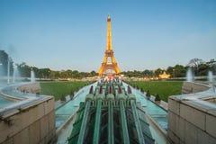 艾菲尔铁塔光表现展示在巴黎 免版税库存图片